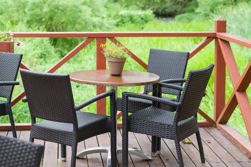 Υπαίθριος πίνακας καφέδων πεζουλιών με τρεις καρέκλες στοκ φωτογραφία με δικαίωμα ελεύθερης χρήσης
