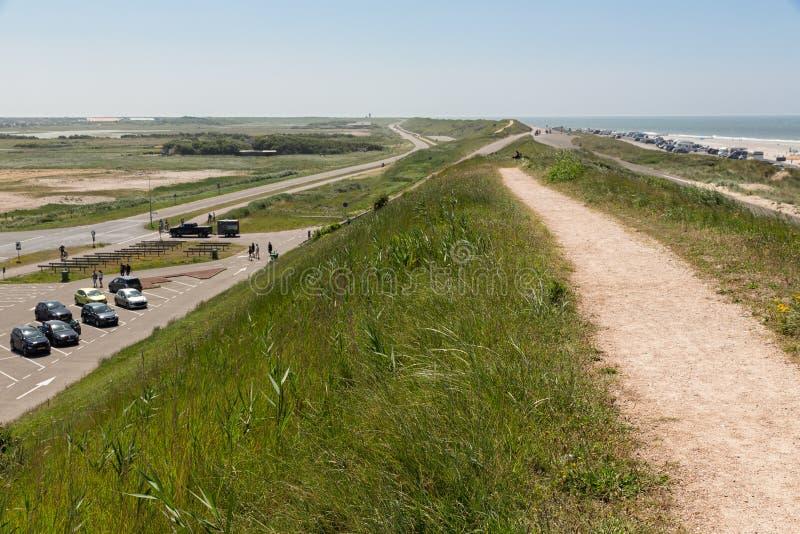 Υπαίθριος σταθμός αυτοκινήτων και αυτοκίνητα που σταθμεύουν κατά μήκος της ολλανδικής ακτής Βόρεια Θάλασσα παραλιών στοκ εικόνες