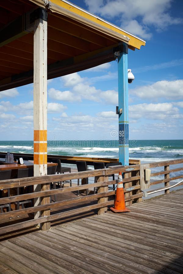 Υπαίθριο εστιατόριο στην προκυμαία στη Φλώριδα στοκ εικόνα