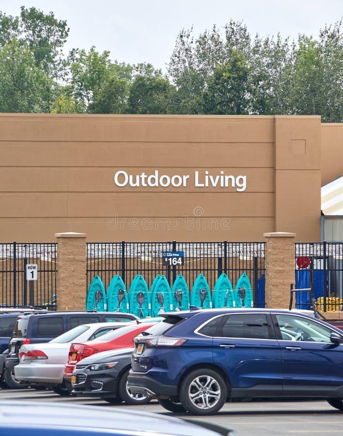 Υπαίθριο ζωντανό τμήμα Walmart στοκ φωτογραφία