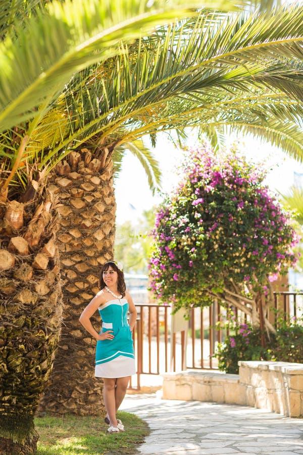 Υπαίθριο θερινό ύφος πορτρέτου μόδας του νέου όμορφου φρέσκου προσώπου γυναικών που χαμογελά στο τροπικό νησί που έχει τη διασκέδ στοκ εικόνα με δικαίωμα ελεύθερης χρήσης
