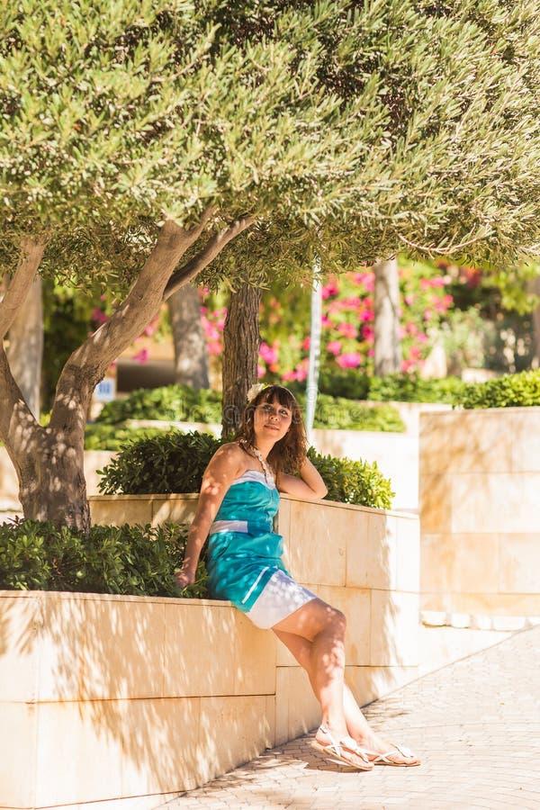 Υπαίθριο θερινό ύφος πορτρέτου μόδας του νέου όμορφου φρέσκου προσώπου γυναικών που χαμογελά στο τροπικό νησί που έχει τη διασκέδ στοκ εικόνες με δικαίωμα ελεύθερης χρήσης