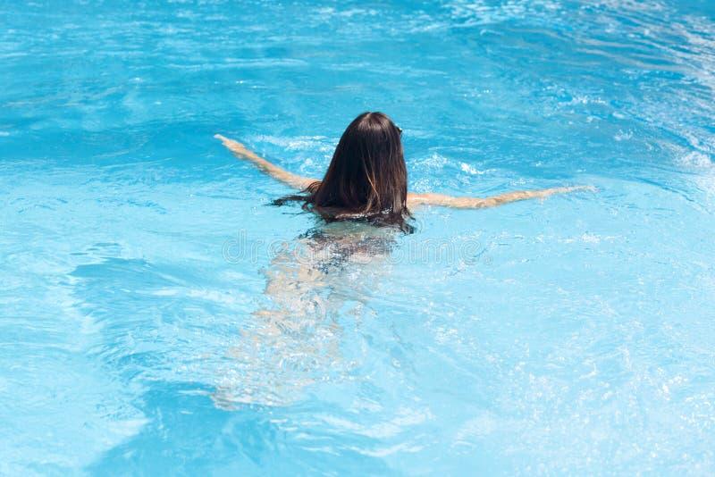 Υπαίθριο καλοκαίρι που πυροβολείται της αναπαυτικής γυναίκας brunette που είναι κατά την πίσω άποψη στη κάμερα, που έχει μακρυμάλ στοκ φωτογραφία με δικαίωμα ελεύθερης χρήσης