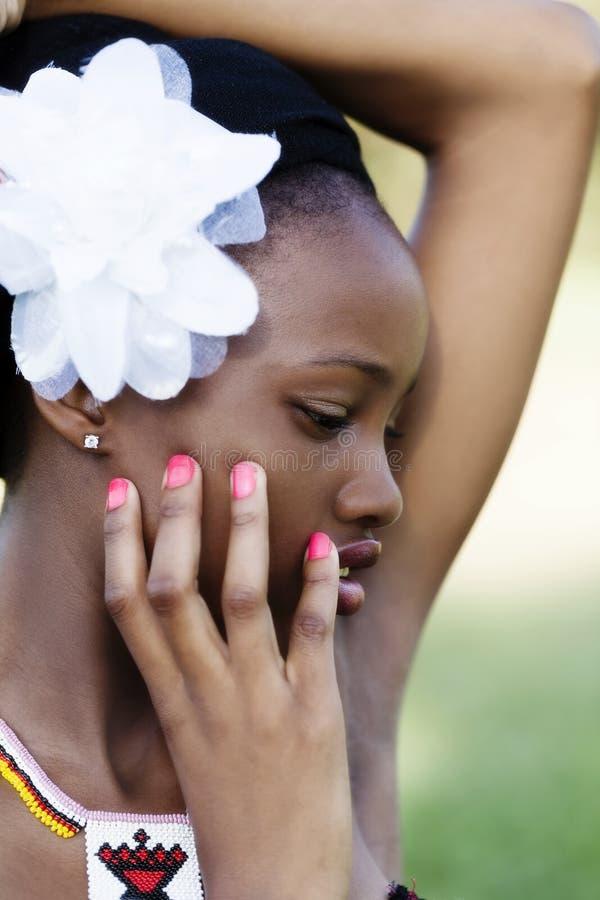 Υπαίθριο κορίτσι εφήβων αφροαμερικάνων πορτρέτου σχεδιαγράμματος στοκ εικόνες