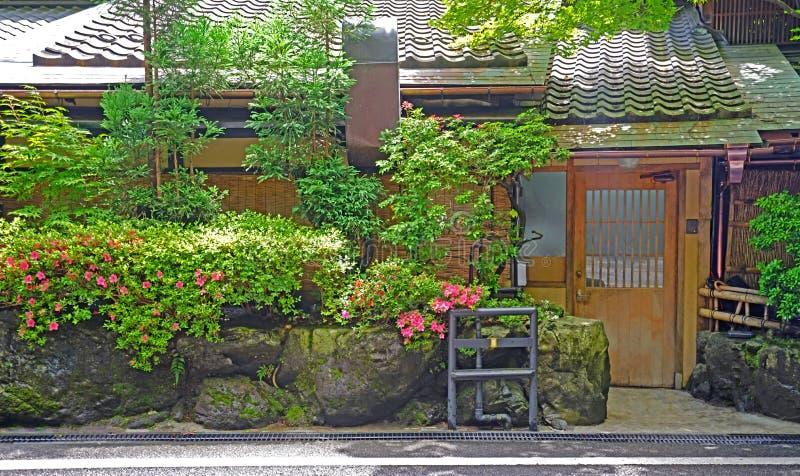 Υπαίθριο μονοπάτι, πράσινες εγκαταστάσεις, παραδοσιακό σπίτι στο ιαπωνικό ze στοκ φωτογραφίες