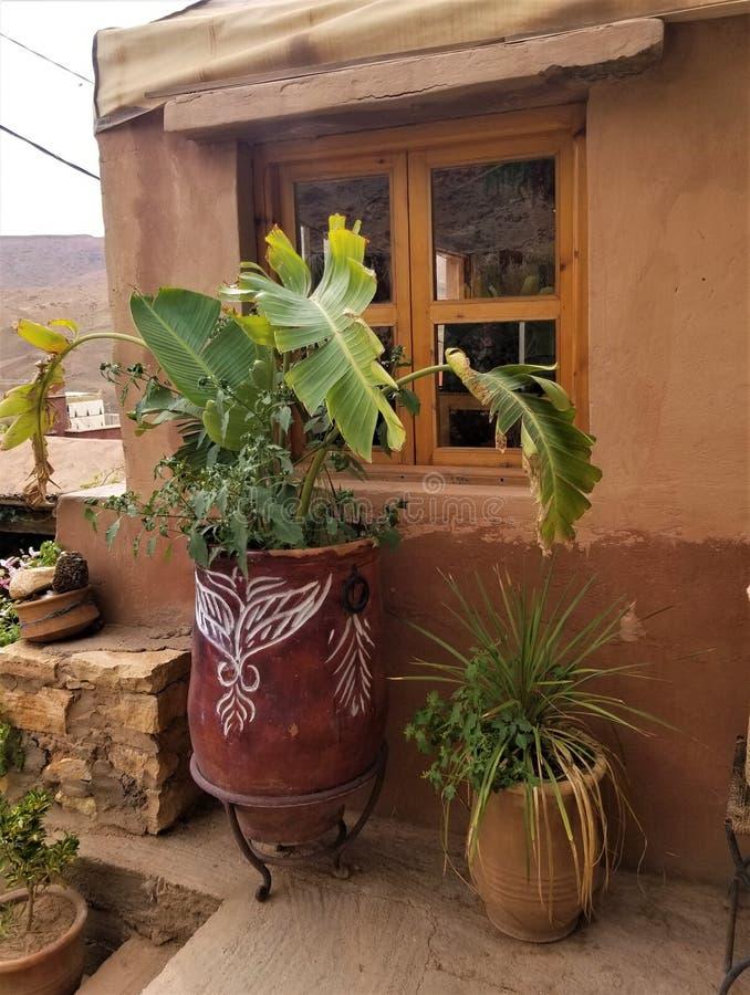 Υπαίθριο ντεκόρ - μακρινό μαροκινό του χωριού σπίτι στοκ εικόνες