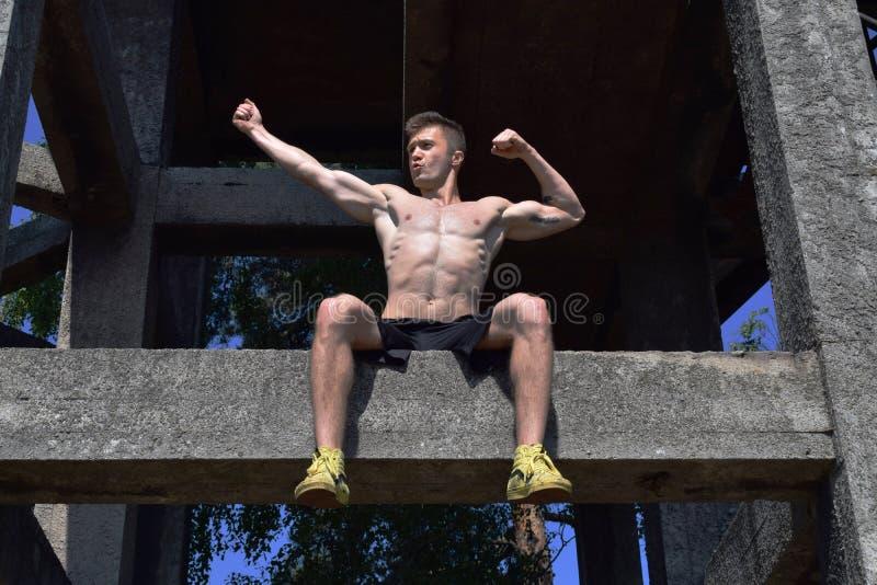 Υπαίθριο παρουσιάζοντας μυϊκό σώμα ισχυρών ανδρών στοκ εικόνες