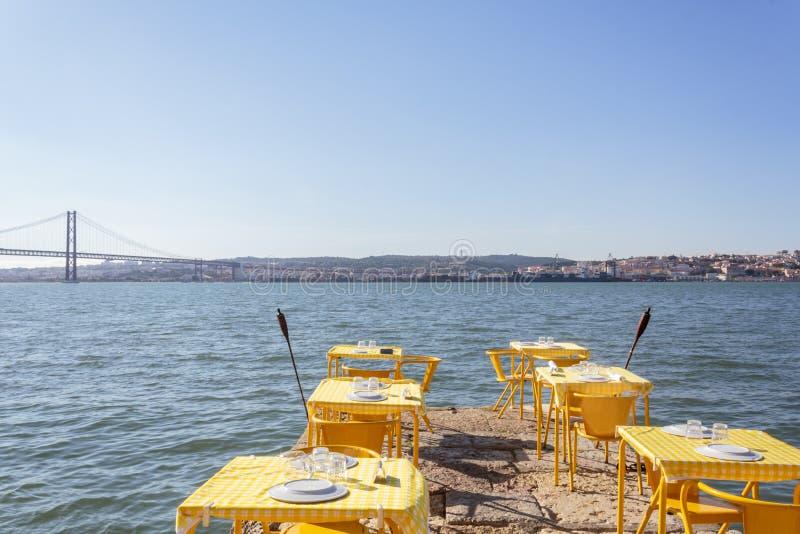 Υπαίθριο πεζούλι εστιατορίων στην περιοχή όχθεων ποταμού στοκ φωτογραφίες