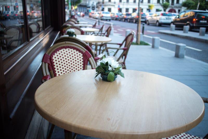 Υπαίθριο πεζούλι του εστιατορίου στην οδό στοκ φωτογραφίες