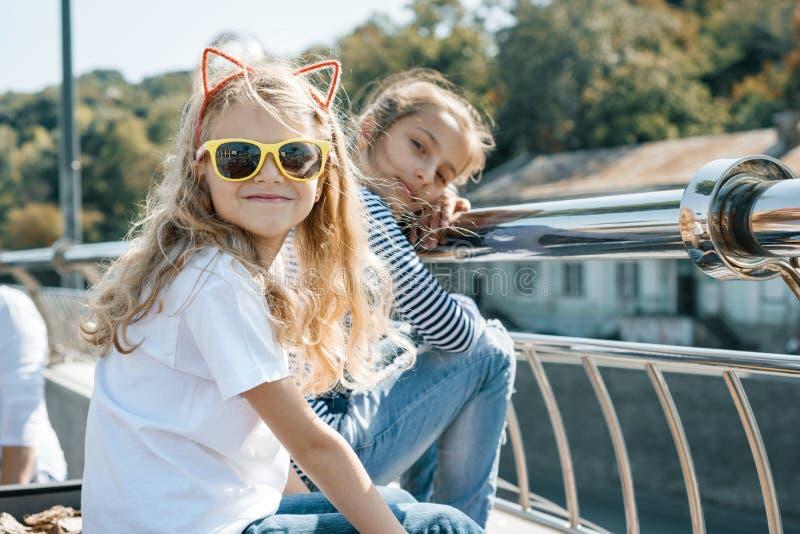 Υπαίθριο πορτρέτο δύο μικρών όμορφων παιδιών κοριτσιών που χαμογελούν μια ηλιόλουστη θερινή ημέρα στοκ εικόνες με δικαίωμα ελεύθερης χρήσης