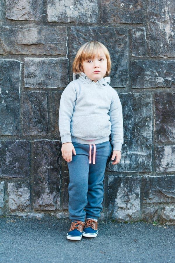 Υπαίθριο πορτρέτο ενός χαριτωμένου μικρού παιδιού στοκ φωτογραφία