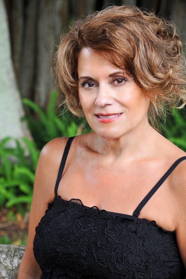 Υπαίθριο πορτρέτο μιας όμορφης γυναίκας στοκ φωτογραφίες με δικαίωμα ελεύθερης χρήσης