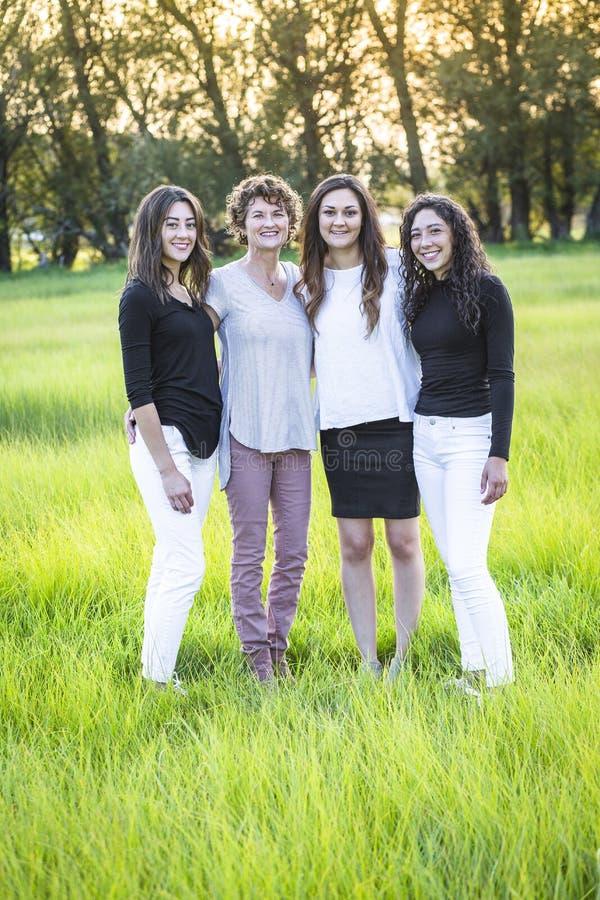 Υπαίθριο πορτρέτο μιας όμορφης οικογένειας, μιας μητέρας και των κορών της στοκ φωτογραφία με δικαίωμα ελεύθερης χρήσης