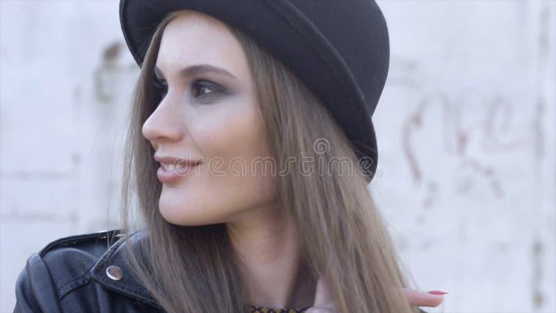 Υπαίθριο πορτρέτο μόδας της μοντέρνης νέας γυναίκας που έχει τη διασκέδαση, συναισθηματικό πρόσωπο, γέλιο, που εξετάζει τη κάμερα στοκ φωτογραφία με δικαίωμα ελεύθερης χρήσης