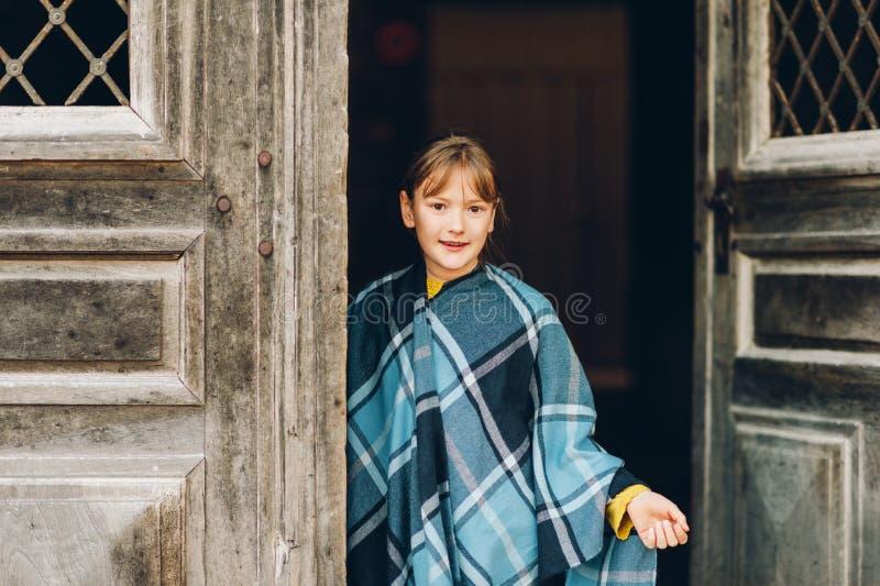 Υπαίθριο πορτρέτο μόδας του αστείου χρονών κοριτσιού 9-10 στοκ εικόνες