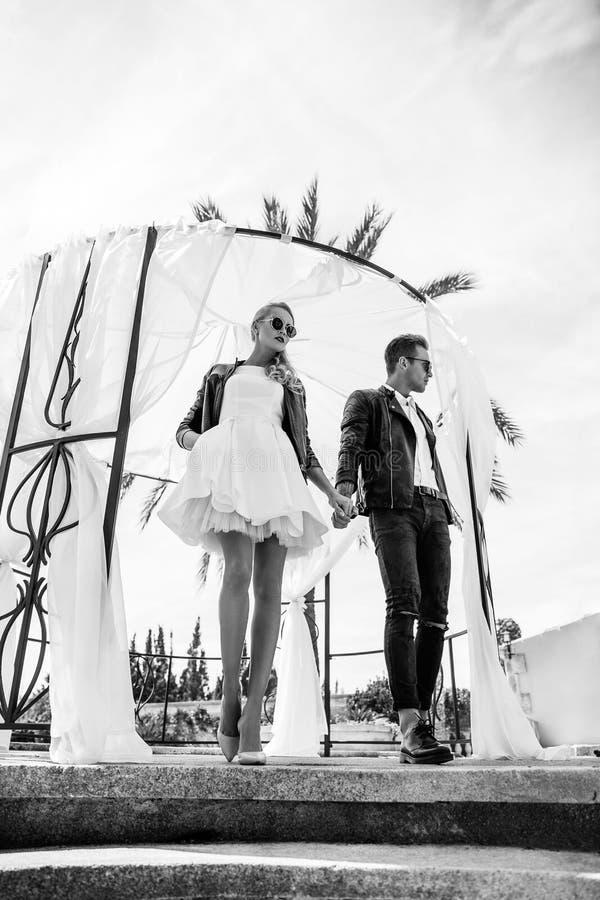 Υπαίθριο πορτρέτο μόδας του νέου όμορφου ζεύγους συνδεδεμένο διάνυσμα βαλεντίνων απεικόνισης s δύο καρδιών ημέρας Αγάπη γάμος μαύ στοκ φωτογραφία με δικαίωμα ελεύθερης χρήσης