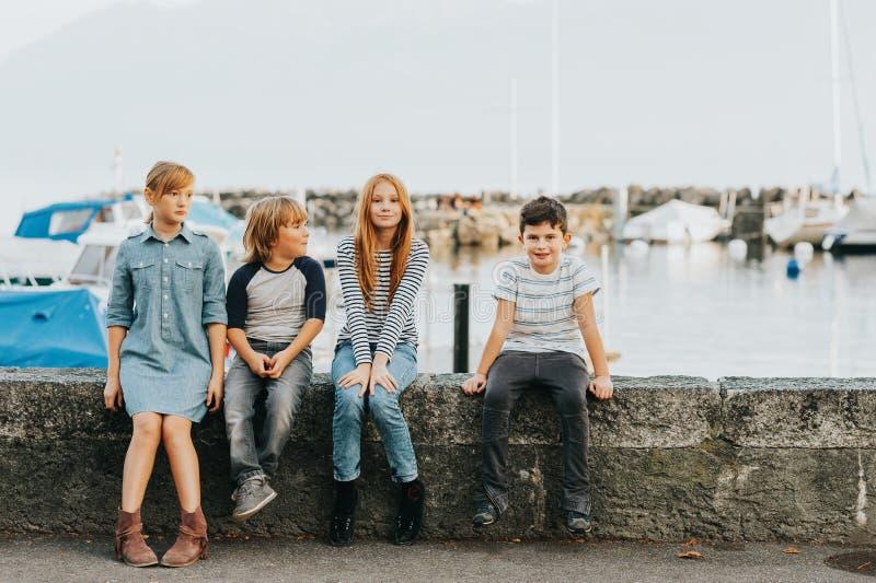 Υπαίθριο πορτρέτο 4 παιδιών μόδας στοκ φωτογραφία με δικαίωμα ελεύθερης χρήσης