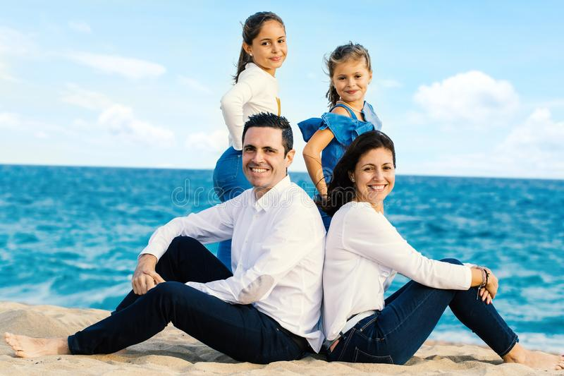 Υπαίθριο πορτρέτο της ελκυστικής νέας οικογένειας στοκ φωτογραφίες