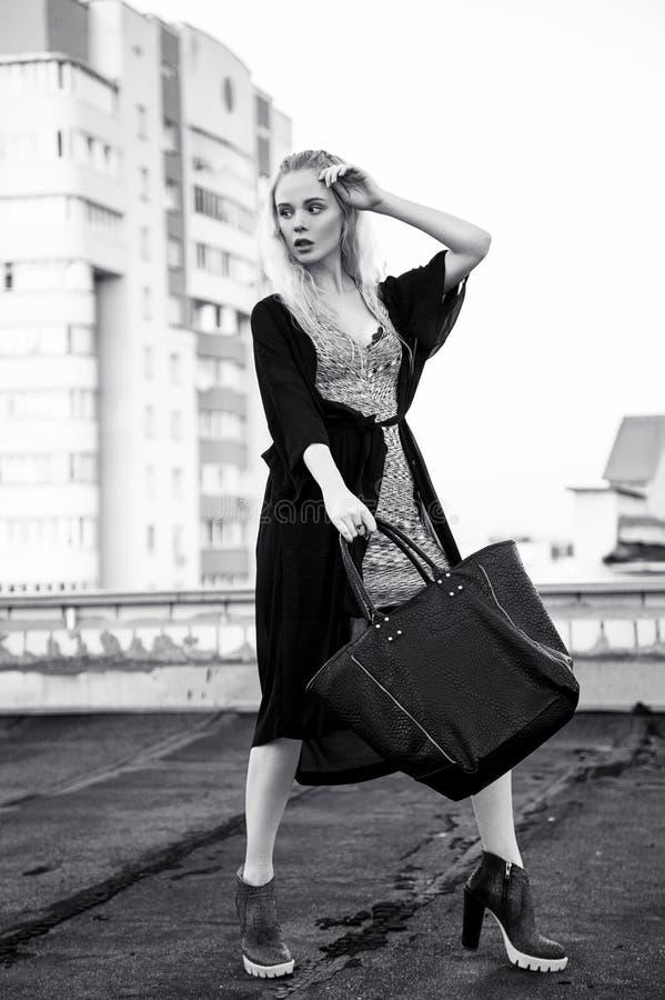 Υπαίθριο πορτρέτο της νέας όμορφης ευτυχούς ξανθής ευρωπαϊκής γυναικείας τοποθέτησης στην οδό Πρότυπα φορώντας μοντέρνα ενδύματα  στοκ φωτογραφίες με δικαίωμα ελεύθερης χρήσης