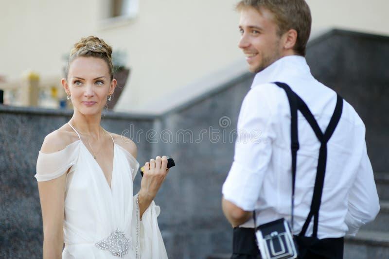 Υπαίθριο πορτρέτο της νύφης και του νεόνυμφου στοκ φωτογραφίες