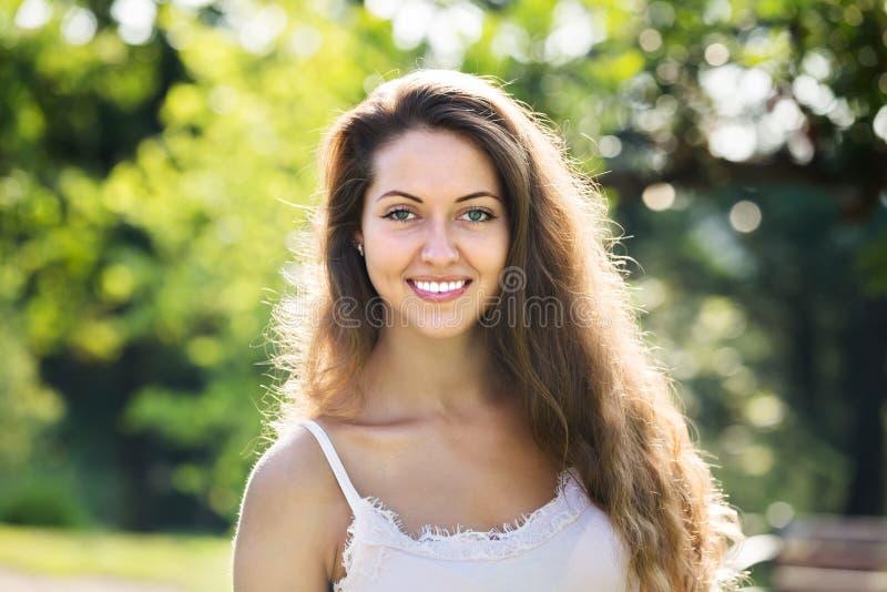 Υπαίθριο πορτρέτο της χαμογελώντας γυναίκας στοκ εικόνα