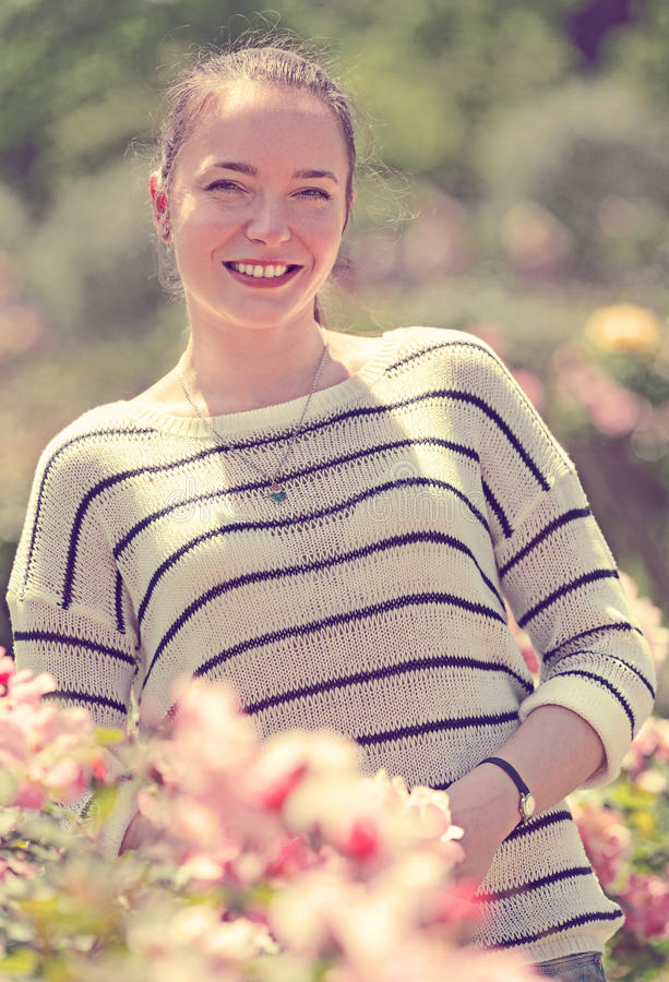 Υπαίθριο πορτρέτο της χαμογελώντας γυναίκας στοκ φωτογραφία