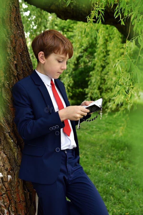 Υπαίθριο πορτρέτο του αγοριού που πηγαίνει στην πρώτη ιερή κοινωνία στοκ φωτογραφίες