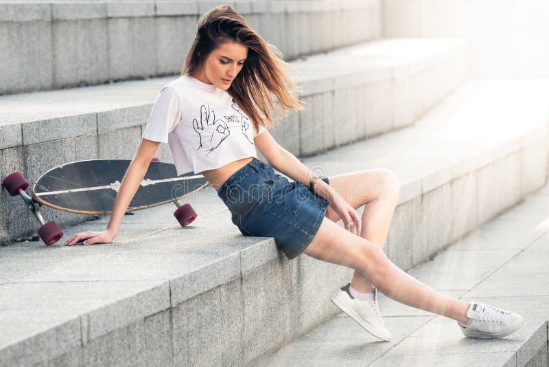 Υπαίθριο πορτρέτο του αρκετά μοντέρνου κοριτσιού μόδας που έχει τη διασκέδαση στοκ εικόνα