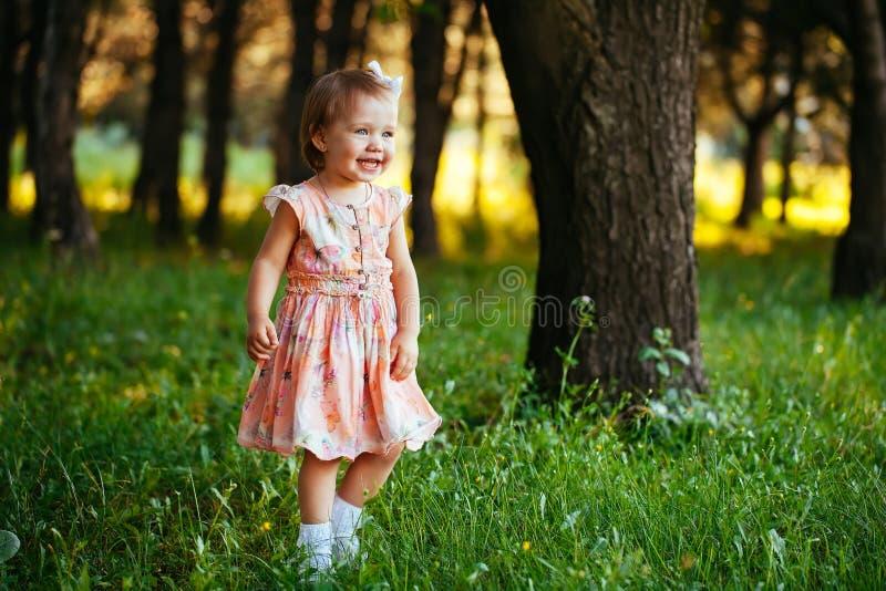 Υπαίθριο πορτρέτο του λατρευτού χαμογελώντας μικρού κοριτσιού στη θερινή ημέρα στοκ εικόνες