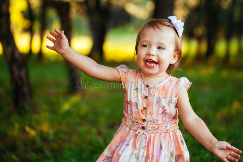Υπαίθριο πορτρέτο του λατρευτού χαμογελώντας μικρού κοριτσιού στη θερινή ημέρα στοκ φωτογραφίες με δικαίωμα ελεύθερης χρήσης