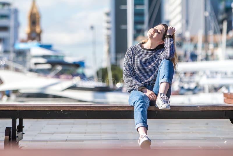 Υπαίθριο πορτρέτο του νέου ευτυχούς χαμογελώντας κοριτσιού εφήβων στη θαλάσσια πλάτη στοκ φωτογραφία με δικαίωμα ελεύθερης χρήσης