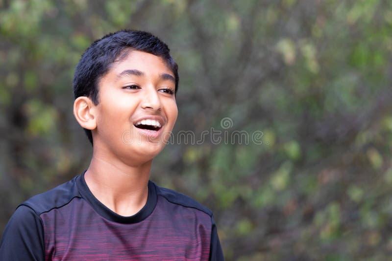 Υπαίθριο πορτρέτο χαμόγελου ενός νέου αγοριού στοκ εικόνες