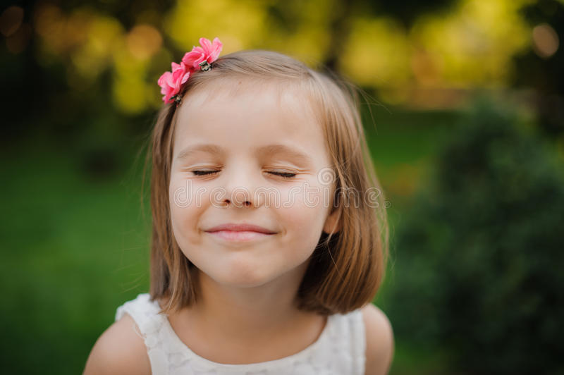 Υπαίθριο στενό επάνω πορτρέτο ενός χαριτωμένου χαμόγελου νέων κοριτσιών στοκ εικόνα