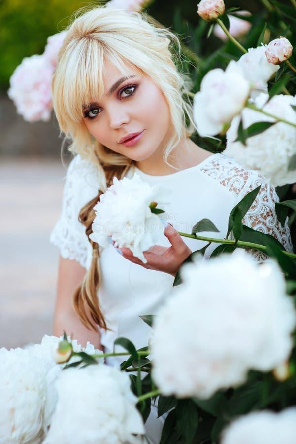 Υπαίθριο στενό επάνω πορτρέτο της όμορφης νέας γυναίκας στον ανθίζοντας κήπο Θηλυκή έννοια μόδας άνοιξη στοκ φωτογραφίες με δικαίωμα ελεύθερης χρήσης