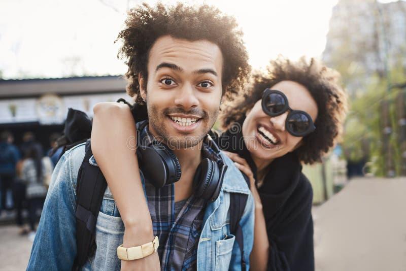 Υπαίθριο protrait του ζεύγους αφροαμερικάνων που αγκαλιάζει και που χαμογελά ευρέως στη κάμερα περπατώντας στο πάρκο και που εκφρ στοκ φωτογραφία με δικαίωμα ελεύθερης χρήσης
