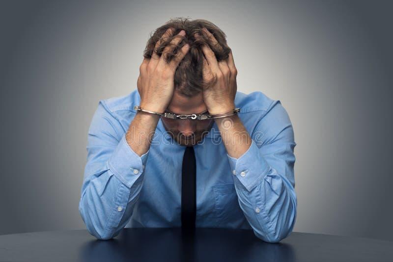 Υπαλληλικό έγκλημα - απελπισμένος επιχειρηματίας με τις χειροπέδες στοκ εικόνα με δικαίωμα ελεύθερης χρήσης