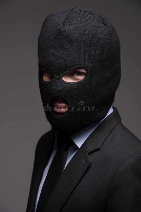 Υπαλληλικό έγκλημα. Πορτρέτο του επιχειρηματία μαύρο balaclava λ στοκ εικόνες