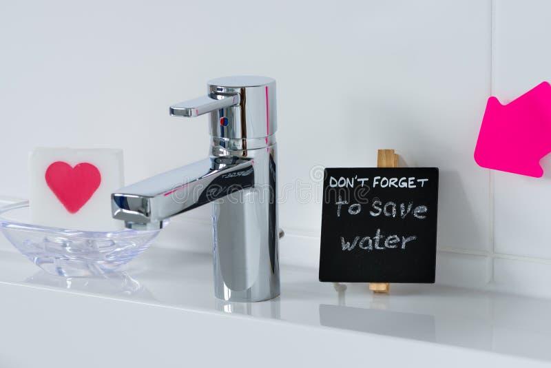 Υπενθύμιση για να σώσει το νερό στο λουτρό στοκ εικόνα με δικαίωμα ελεύθερης χρήσης