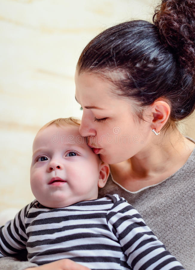 Υπερήφανη αγαπώντας μητέρα με το νήπιο στοκ εικόνα με δικαίωμα ελεύθερης χρήσης