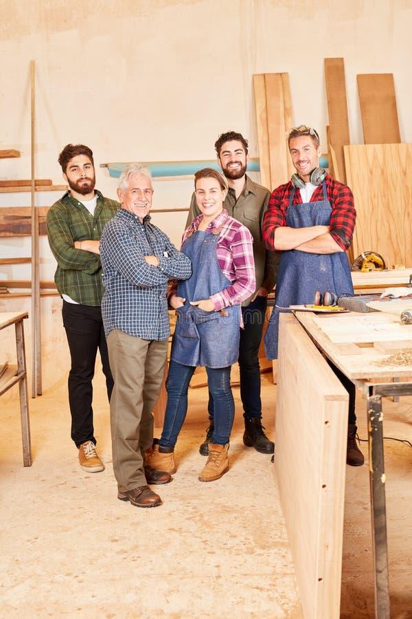 Υπερήφανη ομάδα ξυλουργικής στο εργαστήριο στοκ εικόνα με δικαίωμα ελεύθερης χρήσης