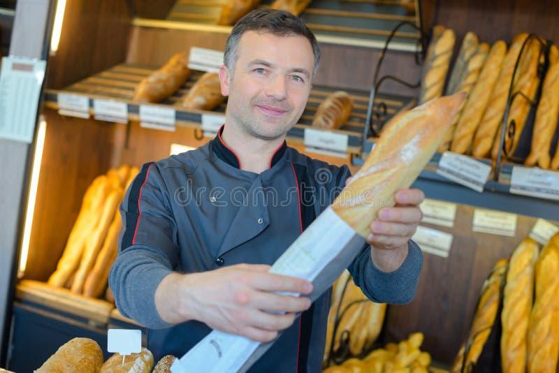Υπερήφανη παραγωγή ψωμιού καταστηματαρχών αρτοποιείων στοκ φωτογραφίες