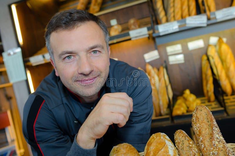 Υπερήφανη παραγωγή ψωμιού καταστηματαρχών αρτοποιείων στοκ εικόνες
