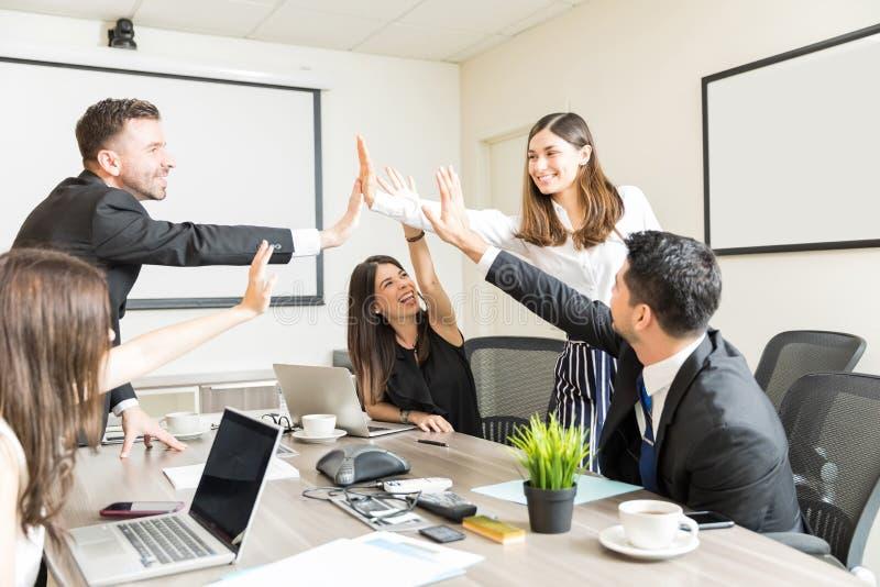 Υπερήφανοι επαγγελματίες που γιορτάζουν τη νέα επιχειρησιακή διαπραγμάτευση στοκ εικόνα με δικαίωμα ελεύθερης χρήσης