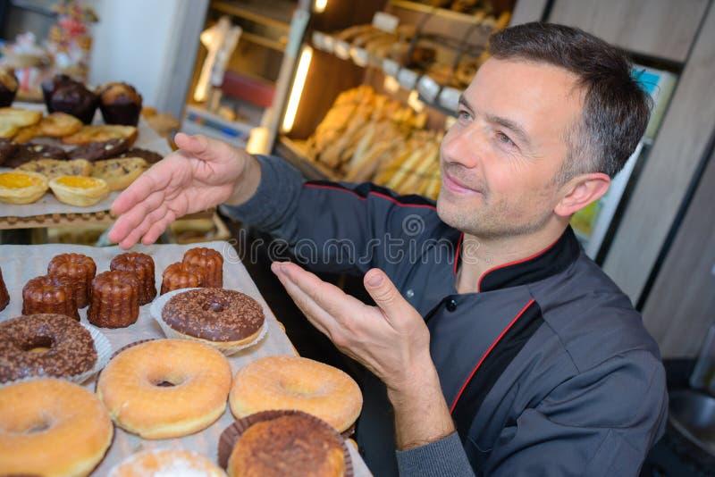 Υπερήφανος αρχιμάγειρας ζύμης στο confectionnery στοκ εικόνες