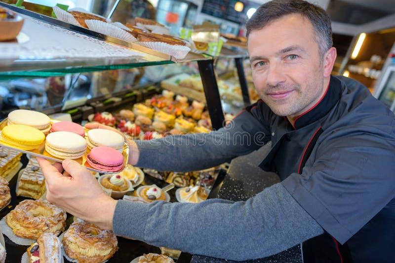 Υπερήφανος αρχιμάγειρας ζύμης στο confectionnery στοκ φωτογραφίες