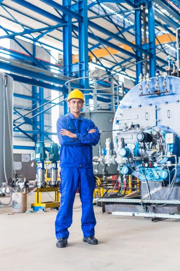 Υπερήφανος ασιατικός εργαζόμενος στο εργοστάσιο παραγωγής στοκ φωτογραφίες με δικαίωμα ελεύθερης χρήσης