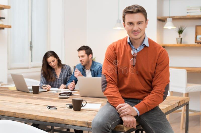 Υπερήφανος επιχειρηματίας στο γραφείο στοκ φωτογραφίες με δικαίωμα ελεύθερης χρήσης