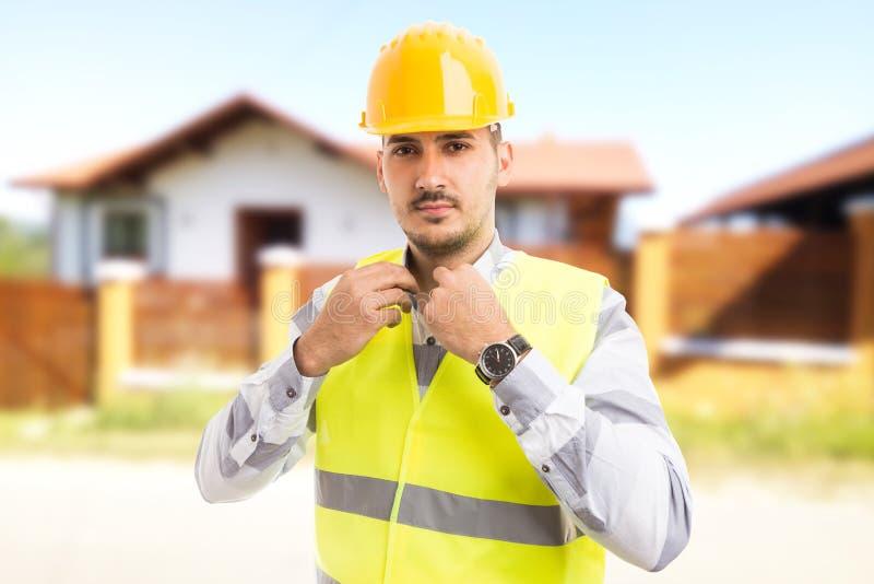 Υπερήφανος και βέβαιος αρχιτέκτονας ή κατασκευαστής που στέκεται στο μπροστινό ο στοκ εικόνες
