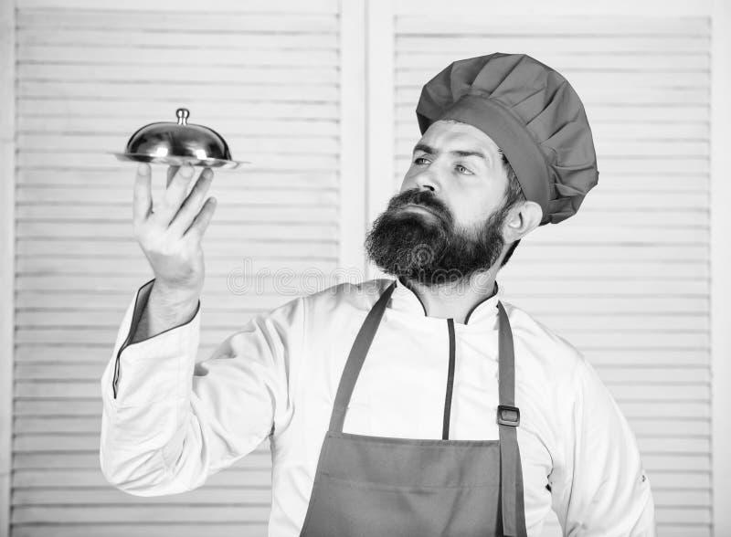Υπερήφανος του άριστου πιάτου Εύγευστη παρουσίαση γεύματος Λεπτολόγη προετοιμασία και προσεκτικό γεύμα παρουσίασης Καπέλο ατόμων  στοκ εικόνες