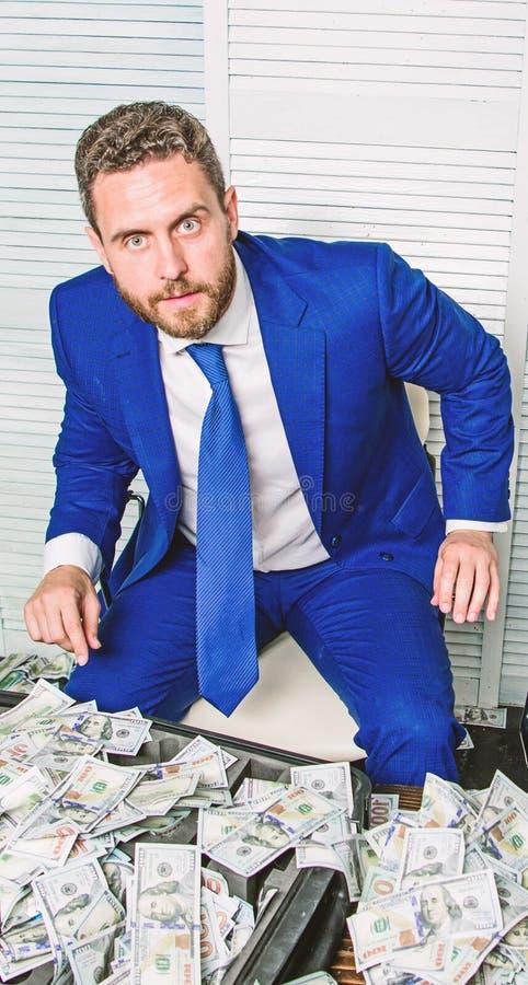 Υπερήφανος του κέρδους του Εύκολες επιχειρησιακές άκρες κέρδους Σοβαρός επιχειρηματίας ατόμων με τα τραπεζογραμμάτια δολαρίων σωρ στοκ φωτογραφία με δικαίωμα ελεύθερης χρήσης